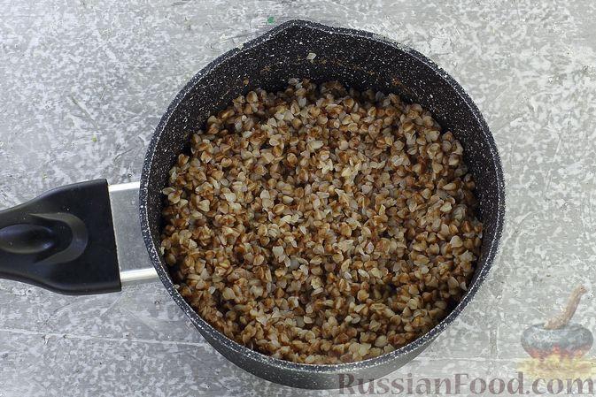 Фото приготовления рецепта: Гречка со сливочно-грибным соусом - шаг №10