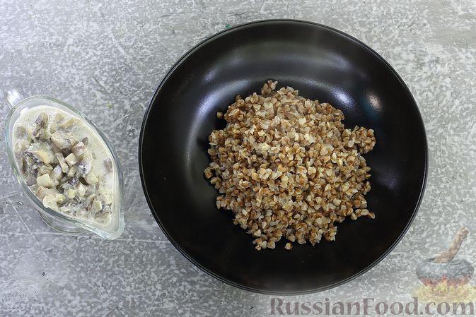 Фото приготовления рецепта: Гречка со сливочно-грибным соусом - шаг №11