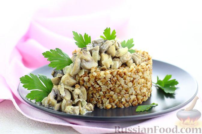Фото приготовления рецепта: Гречка со сливочно-грибным соусом - шаг №12
