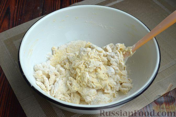 Фото приготовления рецепта: Творожный рулет с оливками и вялеными помидорами - шаг №5