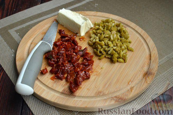 Фото приготовления рецепта: Творожный рулет с оливками и вялеными помидорами - шаг №7