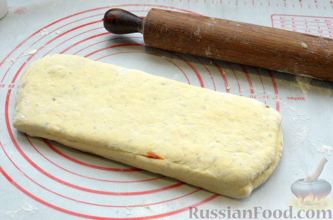 Фото приготовления рецепта: Творожный рулет с оливками и вялеными помидорами - шаг №11