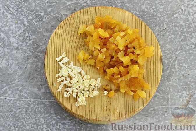 Фото приготовления рецепта: Гречневая каша с курагой, имбирными цукатами и апельсиновым соусом - шаг №3