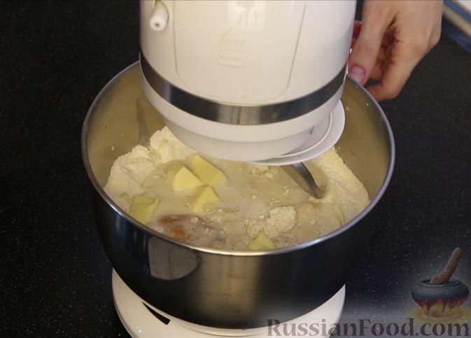 Фото приготовления рецепта: Рождественский штоллен с марципаном - шаг №3
