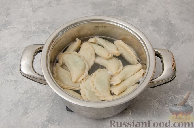Фото приготовления рецепта: Вареники со шпинатом, творогом и рассольным сыром - шаг №14
