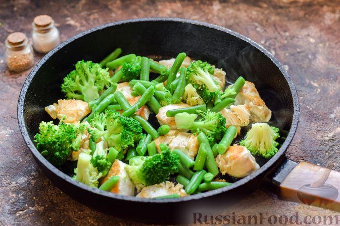 Фото приготовления рецепта: Курица с брокколи и стручковой фасолью - шаг №8