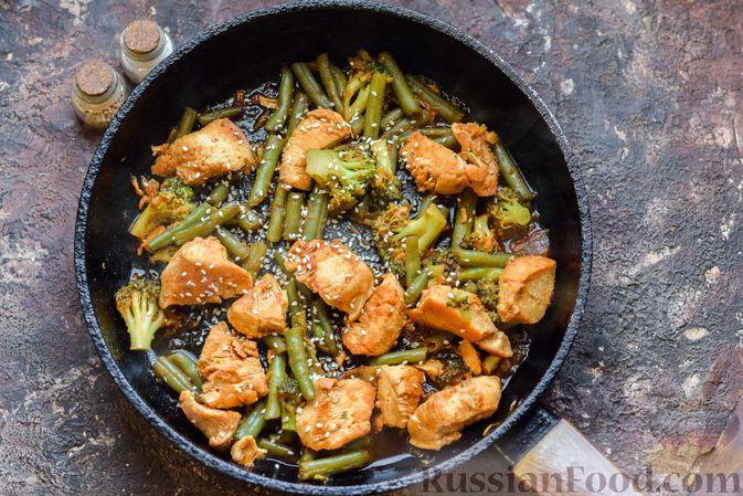 Фото приготовления рецепта: Курица с брокколи и стручковой фасолью - шаг №10