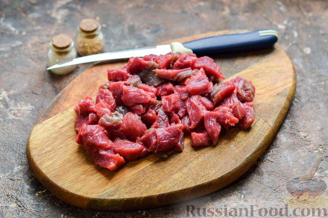 Фото приготовления рецепта: Слоёные тарталетки-лодочки с говядиной в томатном соусе - шаг №2