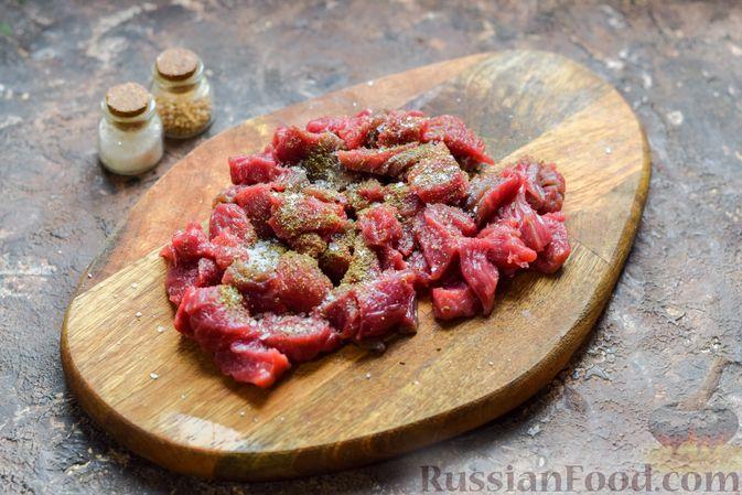 Фото приготовления рецепта: Слоёные тарталетки-лодочки с говядиной в томатном соусе - шаг №3