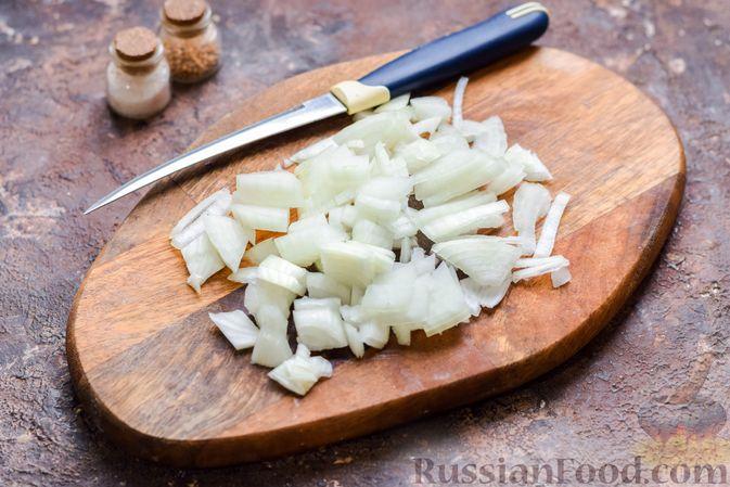 Фото приготовления рецепта: Слоёные тарталетки-лодочки с говядиной в томатном соусе - шаг №4