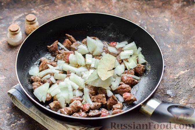 Фото приготовления рецепта: Слоёные тарталетки-лодочки с говядиной в томатном соусе - шаг №6