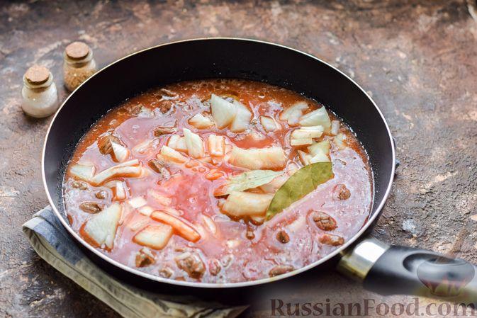 Фото приготовления рецепта: Слоёные тарталетки-лодочки с говядиной в томатном соусе - шаг №7