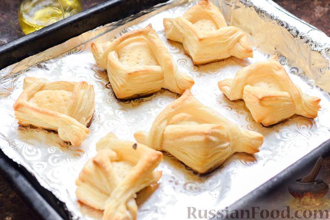 Фото приготовления рецепта: Слоёные тарталетки-лодочки с говядиной в томатном соусе - шаг №13