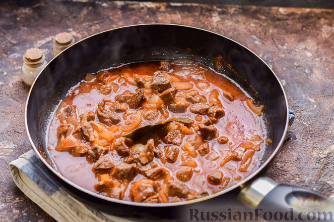 Фото приготовления рецепта: Слоёные тарталетки-лодочки с говядиной в томатном соусе - шаг №8