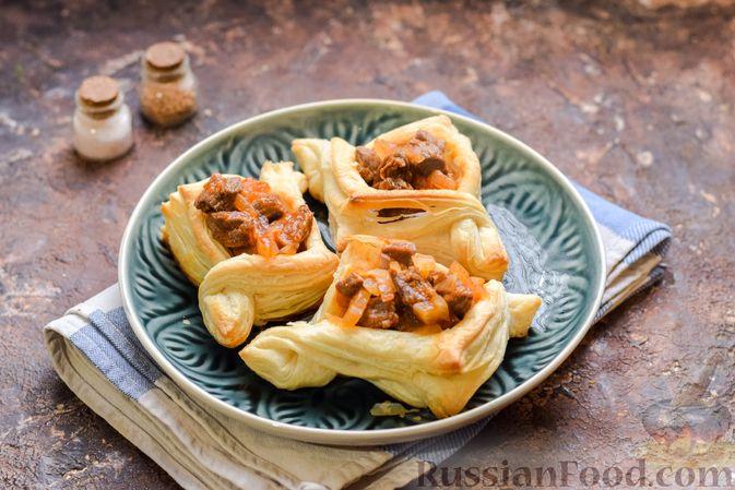 Фото приготовления рецепта: Слоёные тарталетки-лодочки с говядиной в томатном соусе - шаг №16