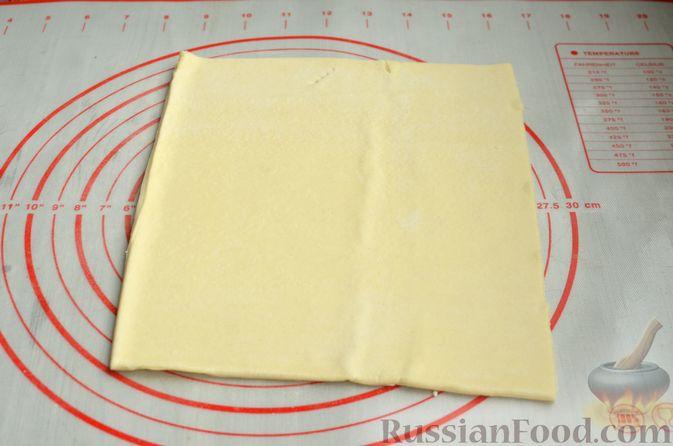 Фото приготовления рецепта: Рулетики из слоёного теста с ветчиной - шаг №2