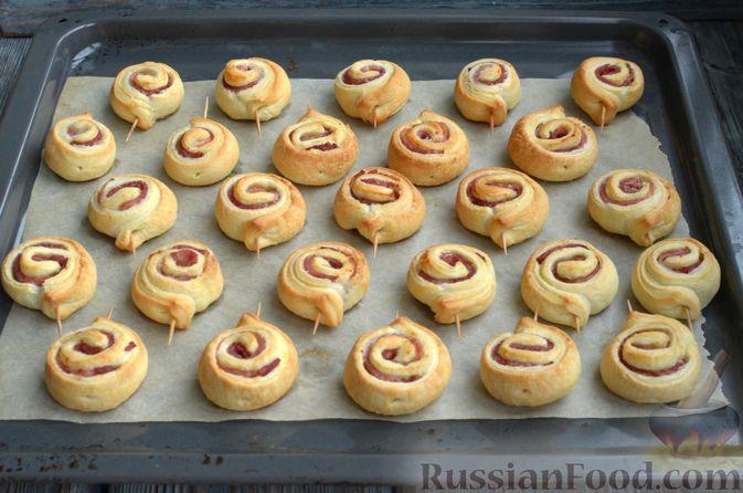 Фото приготовления рецепта: Рулетики из слоёного теста с ветчиной - шаг №8