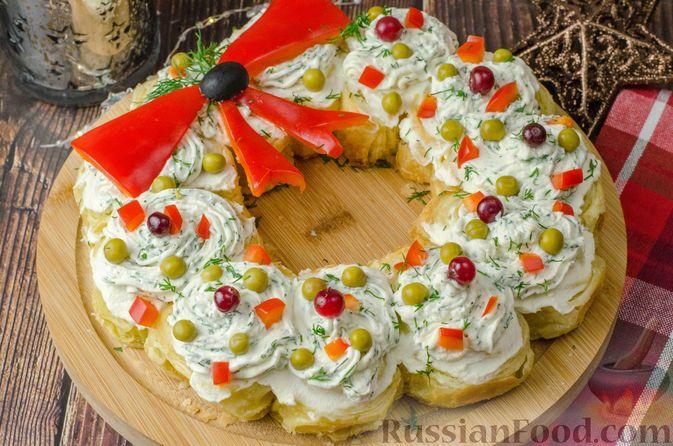 Фото к рецепту: Закусочный рождественский венок из слоеного теста, с красной рыбой и сливочным сыром