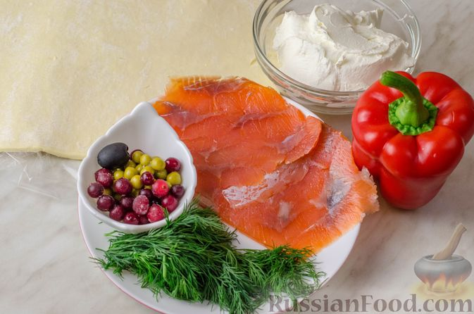 Фото приготовления рецепта: Закусочный рождественский венок из слоеного теста, с красной рыбой и сливочным сыром - шаг №1