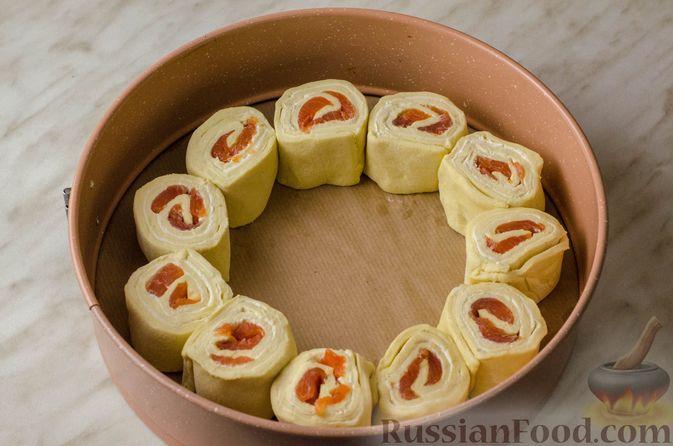Фото приготовления рецепта: Закусочный рождественский венок из слоеного теста, с красной рыбой и сливочным сыром - шаг №8