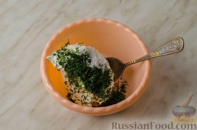 Фото приготовления рецепта: Закусочный рождественский венок из слоеного теста, с красной рыбой и сливочным сыром - шаг №11