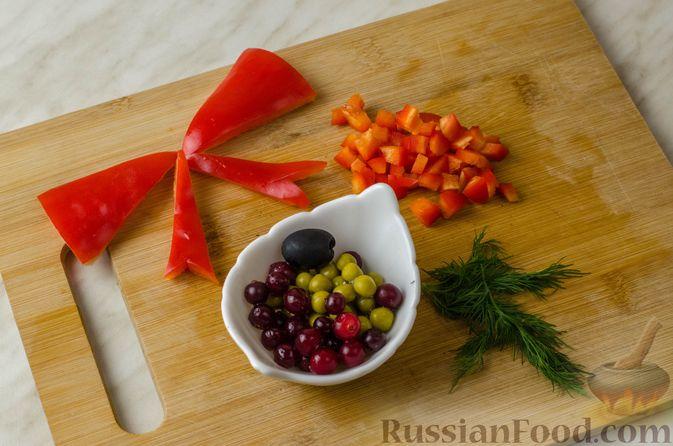 Фото приготовления рецепта: Закусочный рождественский венок из слоеного теста, с красной рыбой и сливочным сыром - шаг №12