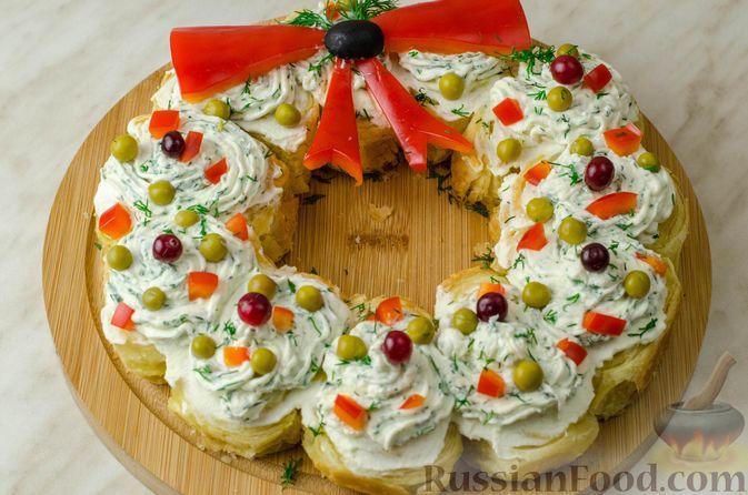 Фото приготовления рецепта: Закусочный рождественский венок из слоеного теста, с красной рыбой и сливочным сыром - шаг №16