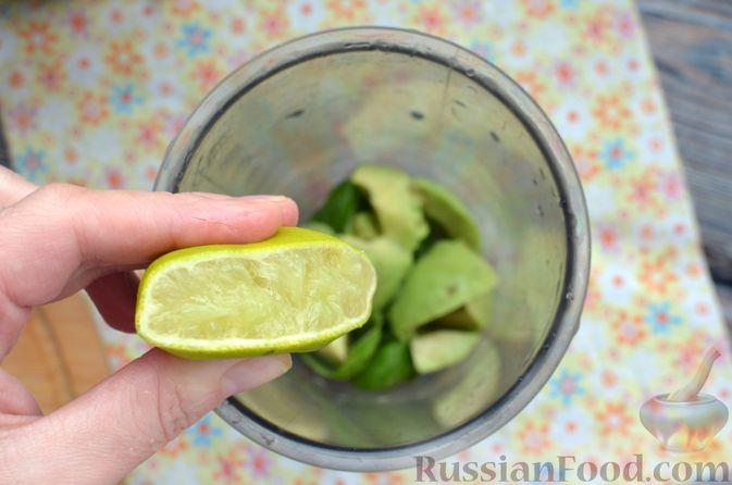 Фото приготовления рецепта: Запечённая форель с соусом из авокадо и базилика - шаг №8