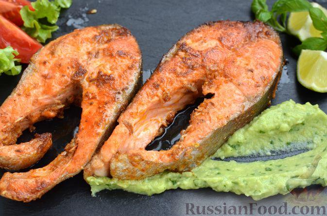 Фото приготовления рецепта: Запечённая форель с соусом из авокадо и базилика - шаг №16