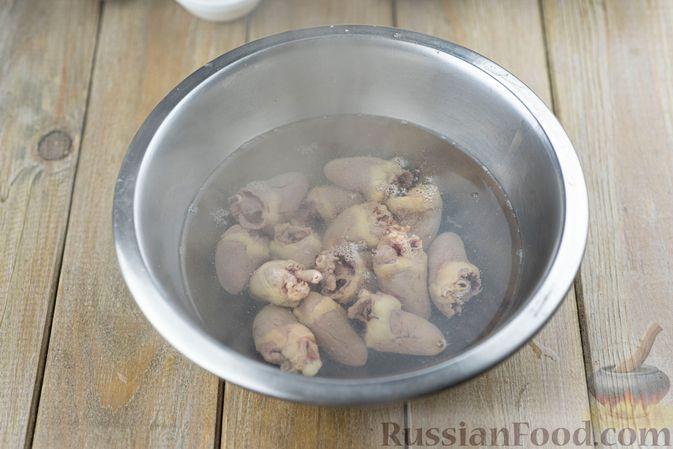 Фото приготовления рецепта: Салат с куриными сердечками, рисом, кукурузой и корейской морковью - шаг №4