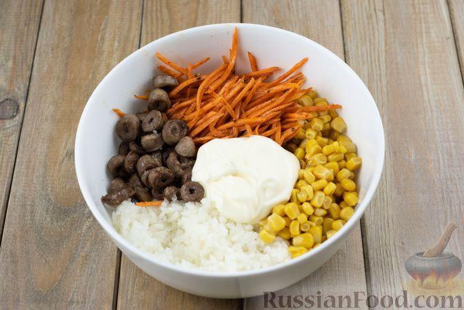 Фото приготовления рецепта: Салат с куриными сердечками, рисом, кукурузой и корейской морковью - шаг №7