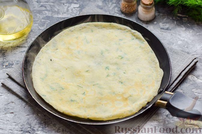 Фото приготовления рецепта: Картофельные блинчики с яйцами и солёной рыбой - шаг №9