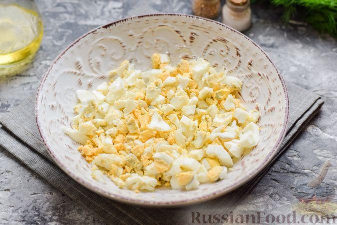 Фото приготовления рецепта: Картофельные блинчики с яйцами и солёной рыбой - шаг №11