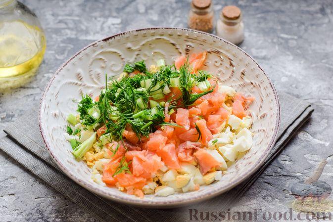 Фото приготовления рецепта: Картофельные блинчики с яйцами и солёной рыбой - шаг №13