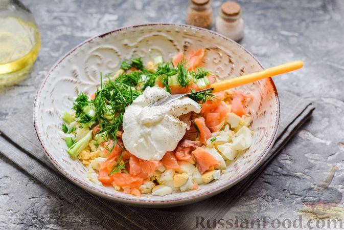 Фото приготовления рецепта: Картофельные блинчики с яйцами и солёной рыбой - шаг №14