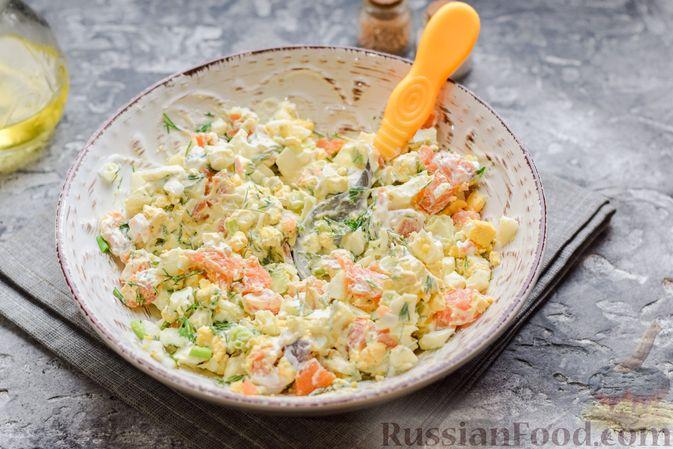 Фото приготовления рецепта: Картофельные блинчики с яйцами и солёной рыбой - шаг №15