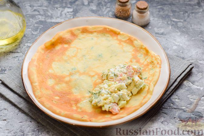 Фото приготовления рецепта: Картофельные блинчики с яйцами и солёной рыбой - шаг №16