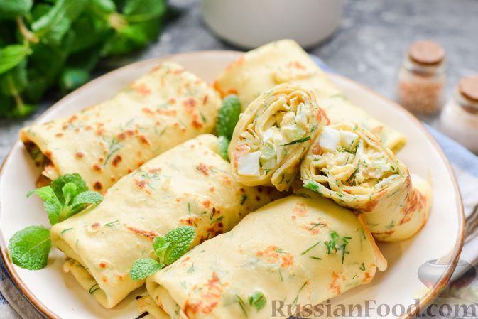 Фото приготовления рецепта: Картофельные блинчики с яйцами и солёной рыбой - шаг №19
