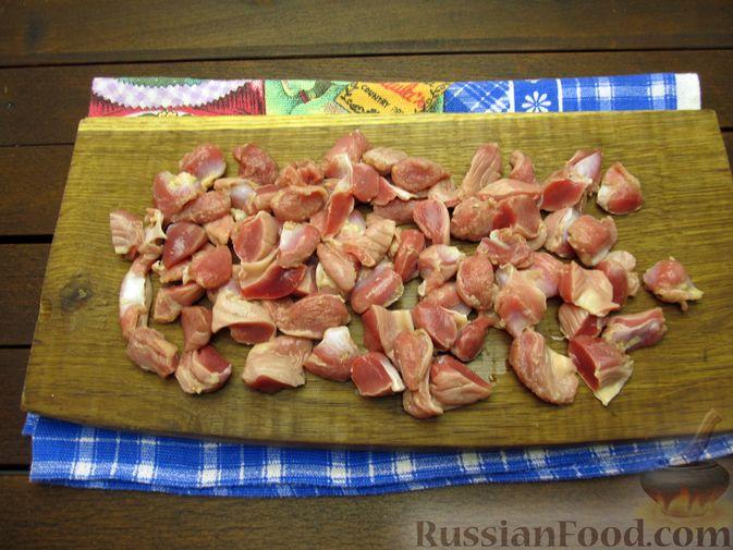 Фото приготовления рецепта: Макароны с куриными потрошками, тушенными в сметане - шаг №2