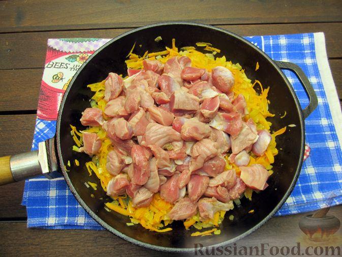 Фото приготовления рецепта: Макароны с куриными потрошками, тушенными в сметане - шаг №5