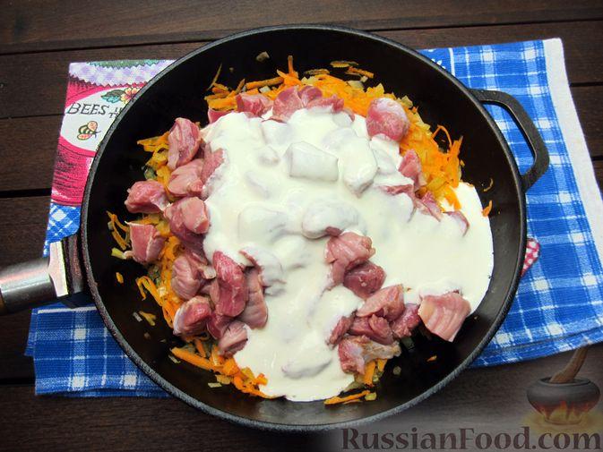 Фото приготовления рецепта: Макароны с куриными потрошками, тушенными в сметане - шаг №6
