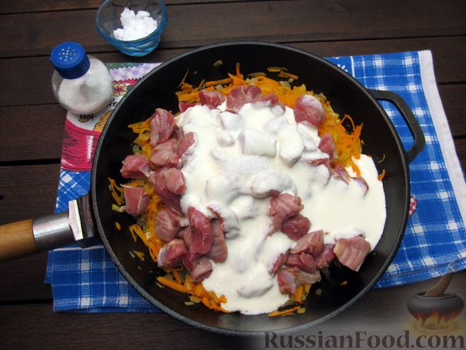 Фото приготовления рецепта: Макароны с куриными потрошками, тушенными в сметане - шаг №7