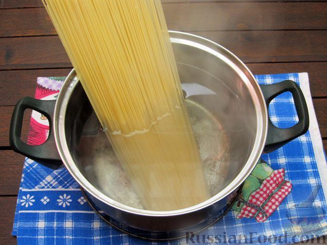 Фото приготовления рецепта: Макароны с куриными потрошками, тушенными в сметане - шаг №10