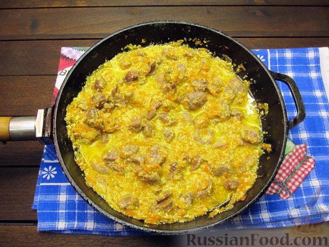 Фото приготовления рецепта: Макароны с куриными потрошками, тушенными в сметане - шаг №12