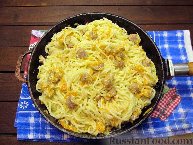 Фото приготовления рецепта: Макароны с куриными потрошками, тушенными в сметане - шаг №14