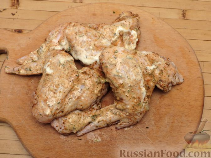 Фото приготовления рецепта: Куриные крылышки, запечённые с брокколи и тыквой - шаг №4