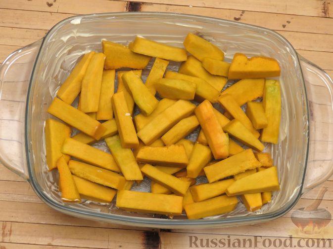 Фото приготовления рецепта: Куриные крылышки, запечённые с брокколи и тыквой - шаг №7