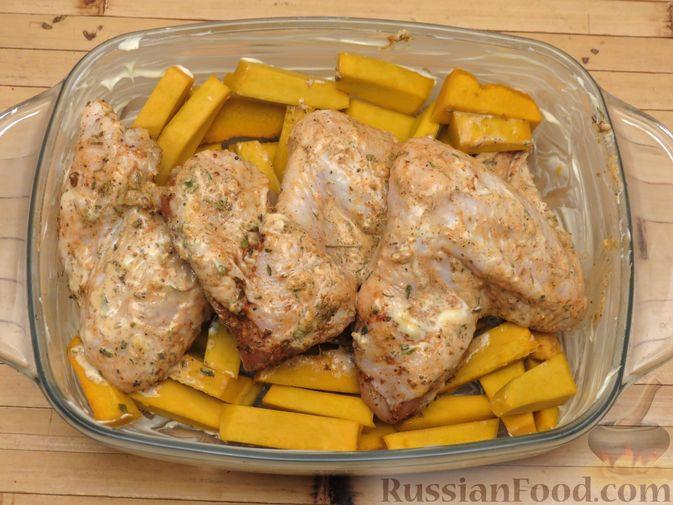 Фото приготовления рецепта: Куриные крылышки, запечённые с брокколи и тыквой - шаг №8