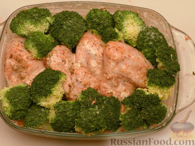 Фото приготовления рецепта: Куриные крылышки, запечённые с брокколи и тыквой - шаг №9