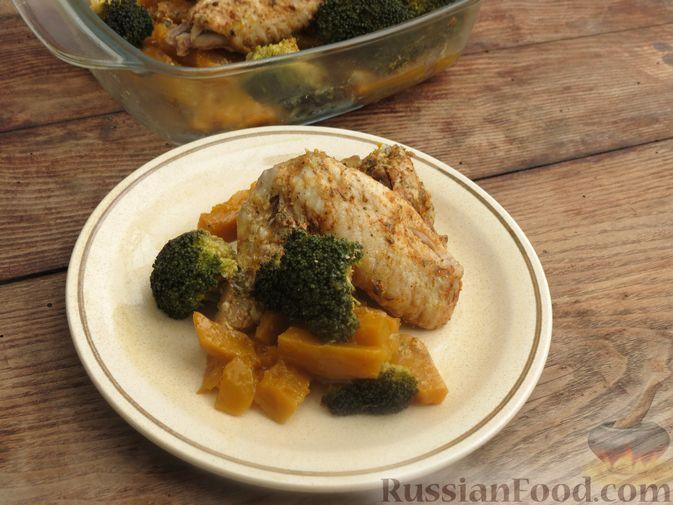 Фото приготовления рецепта: Куриные крылышки, запечённые с брокколи и тыквой - шаг №12